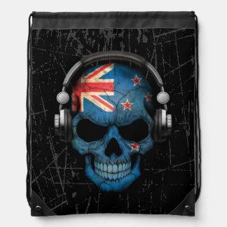 Cráneo rasguñado de Nueva Zelanda DJ con los Mochila