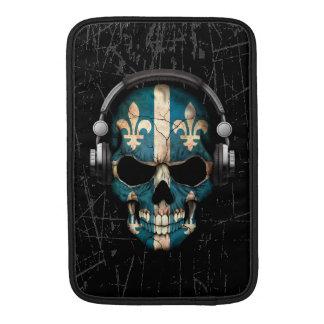 Cráneo rasguñado de Quebec DJ con los auriculares Fundas MacBook