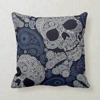 Cráneo retro de Paisley del estilo en azules Cojín Decorativo