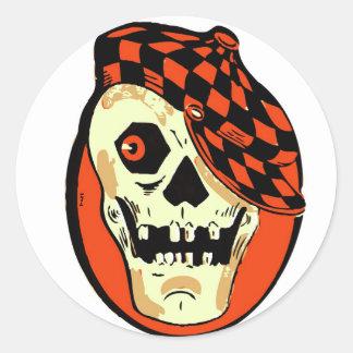 Cráneo retro del coche de carreras de Halloween Pegatina Redonda
