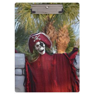 cráneo rojo del bucanero del equipo del pirata