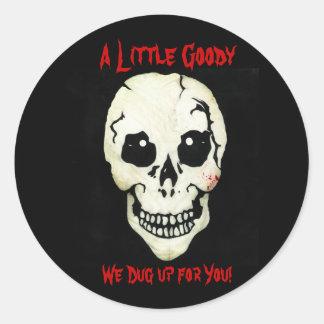 Cráneo rojo desenterramos a los pegatinas de la etiqueta redonda