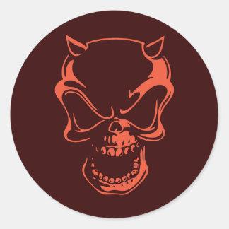 Cráneo rojo oscuro del demonio pegatina redonda