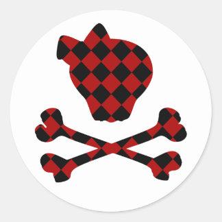 Cráneo rojo y negro lindo y bandera pirata pegatina redonda