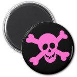 Cráneo rosado brillante y bandera pirata imanes de nevera