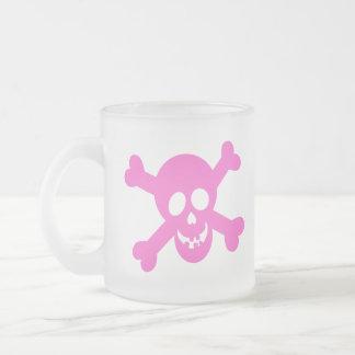 Cráneo rosado brillante y bandera pirata taza cristal mate