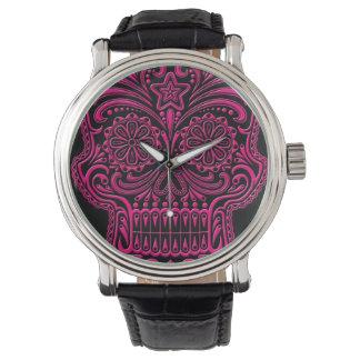 Cráneo rosado complejo del azúcar en negro reloj de mano