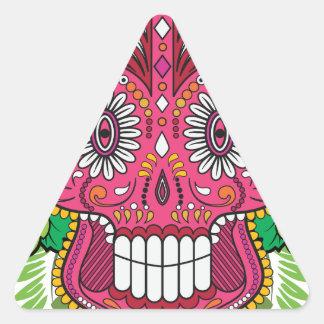 Cráneo rosado del azúcar con las hojas del verde pegatina triangular
