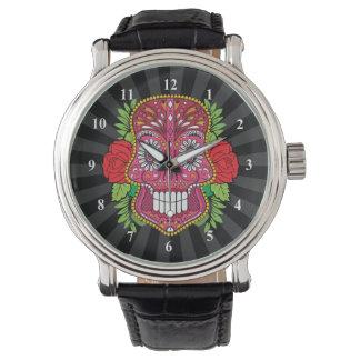Cráneo rosado del azúcar con las hojas del verde reloj de mano