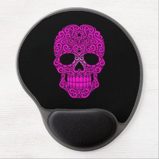 Cráneo rosado del azúcar que remolina en negro alfombrilla con gel