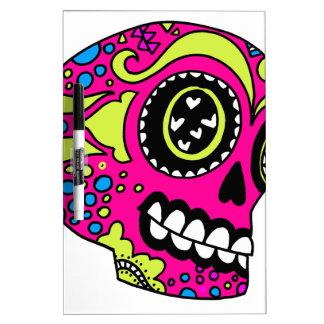 Cráneo rosado feliz del azúcar tableros blancos