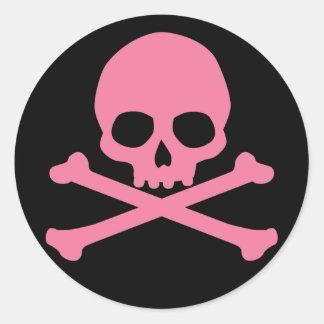 Cráneo rosado simple y bandera pirata pegatina redonda