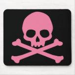 Cráneo rosado simple y bandera pirata tapetes de raton
