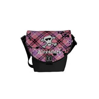 Cráneo rosado y bandera pirata bolsas de mensajería