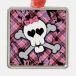 Cráneo rosado y bandera pirata con los corazones y adorno navideño cuadrado de metal