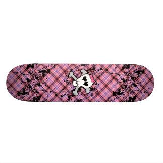 Cráneo rosado y bandera pirata con los corazones y skateboards