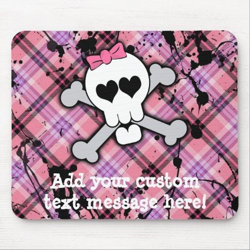Cráneo rosado y bandera pirata con los corazones y alfombrilla de ratón