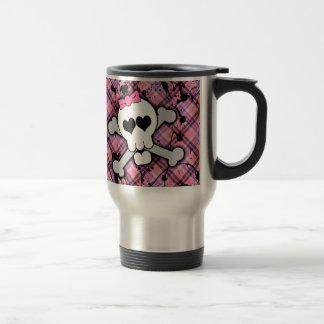 Cráneo rosado y bandera pirata con los corazones y taza de café