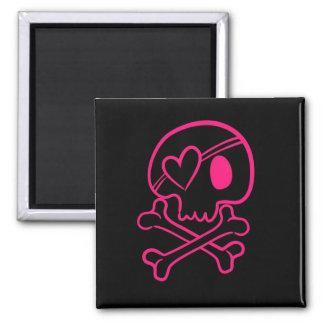 Cráneo rosado y bandera pirata del corazón imán cuadrado