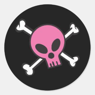 Cráneo rosado y bandera pirata pegatina redonda