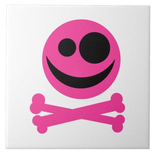 Cráneo rosado y bandera pirata. Rosas fuertes y ne Azulejo Cuadrado Grande