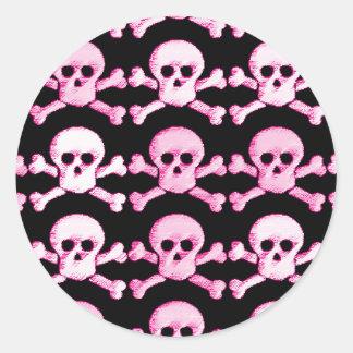 cráneo rosado y blanco del pirata pegatina redonda