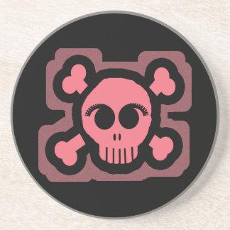 Cráneo rosado y huesos cruzados posavaso para bebida