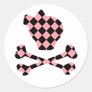 Cráneo rosado y negro lindo y bandera pirata pegatina redonda