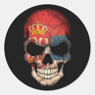 Cráneo servio de la bandera en negro pegatina redonda