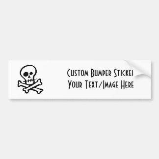 Cráneo simple y bandera pirata de B W Etiqueta De Parachoque