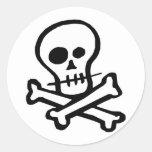Cráneo simple y bandera pirata de B&W Pegatina Redonda