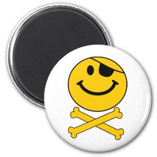 Cráneo sonriente del eyepatch de Piratey y huesos  Imán Redondo 5 Cm