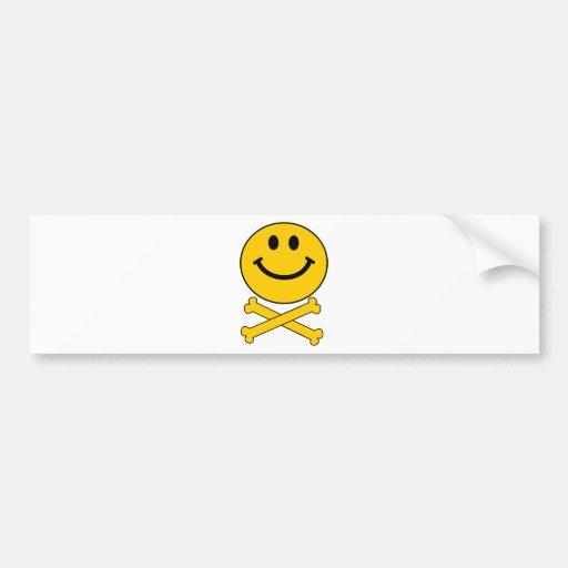 Cráneo sonriente y bandera pirata etiqueta de parachoque