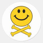 Cráneo sonriente y bandera pirata etiquetas