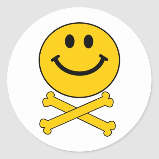 Cráneo sonriente y bandera pirata pegatina redonda