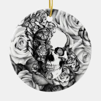 Cráneo subió mariposa con los ladybugs ornamento de navidad