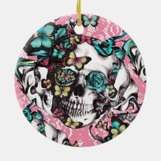 Cráneo subió mariposa femenina revestida del caram ornamento para reyes magos