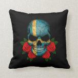 Cráneo sueco de la bandera con los rosas rojos almohada