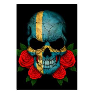 Cráneo sueco de la bandera con los rosas rojos tarjetas personales