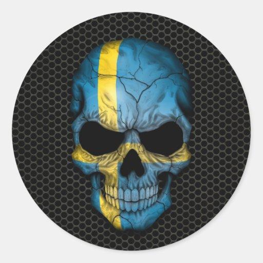 Cráneo sueco de la bandera en el gráfico de acero pegatina redonda