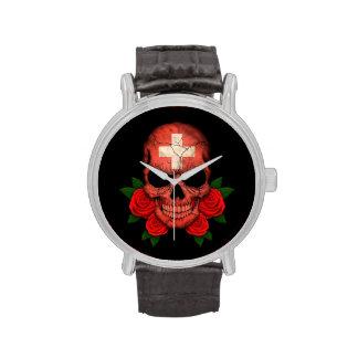Cráneo suizo de la bandera con los rosas rojos relojes de mano