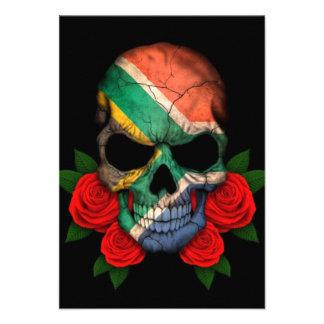 Cráneo surafricano de la bandera con los rosas roj comunicados