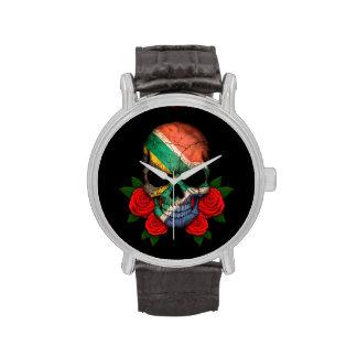 Cráneo surafricano de la bandera con los rosas roj relojes de pulsera