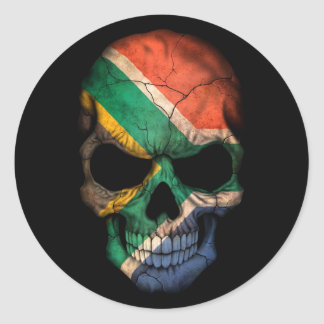 Cráneo surafricano de la bandera en negro pegatina redonda