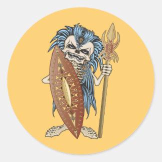 Cráneo tribal del guerrero pegatina redonda