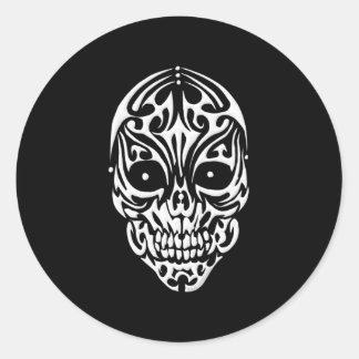 Cráneo tribal pegatina redonda