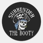 Cráneo tuerto y bandera pirata del pirata etiqueta