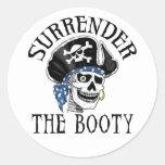 Cráneo tuerto y bandera pirata del pirata pegatinas redondas
