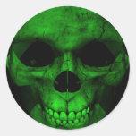 Cráneo verde con el fondo negro 2 etiquetas redondas