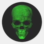 Cráneo verde con el fondo negro pegatina redonda